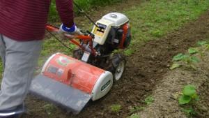 耕運機で畑を耕す