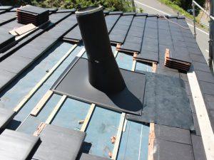 屋根に取り付けられた煙突