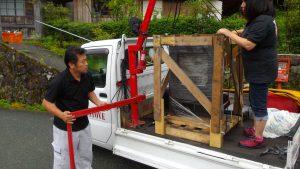 軽トラに設置している小型クレーンで薪ストーブを載せる