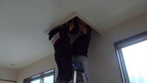暖炉屋さんが煙突をつけているようす