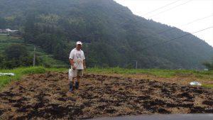 バーク肥料と有機石灰をばらまき一休み
