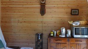 小屋にはコーヒーと紅茶が作れる。電子レンジと冷蔵庫も完備