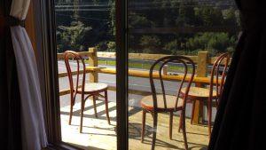 小屋前のウッドデッキにいすを置き喫茶できる