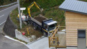 トラックで運ばれた表土をユンボでとり、運搬機に移す