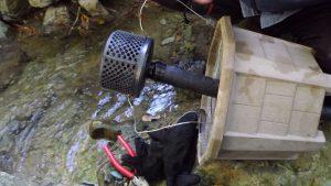 取水カバがホースにぴったり差し込まれるようビニールテープで巻きホースに差し込む