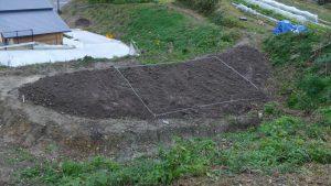 #3の畑にビニールハウスを建設するため区割りをしている