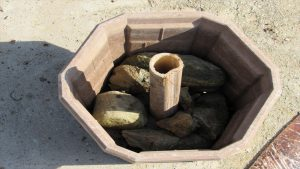 花用ポットの底に円筒の穴を作り竹と石を入れる