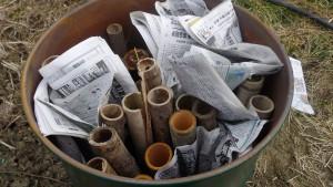 ドラム缶に竹木などを詰めて上に新聞等を置き着火
