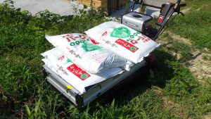 運搬機で運んだバーク肥料