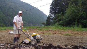 管理機で畑を耕す