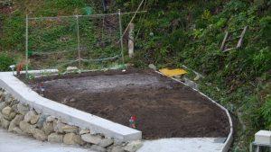 昨日有機石灰と鶏糞、腐葉土を蒔いて耕しておいた