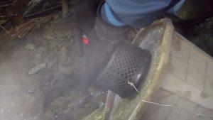 取水カバーをモルタルでできた重石に針金で固定する